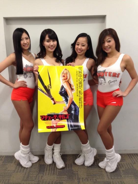 HOOTERS GIRLが映画「マチェーテ・キルズ」を応援!