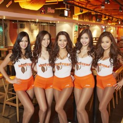 HOOTERS GIRL_店内